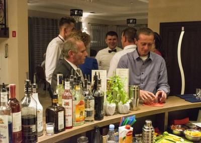 Goście przy barze